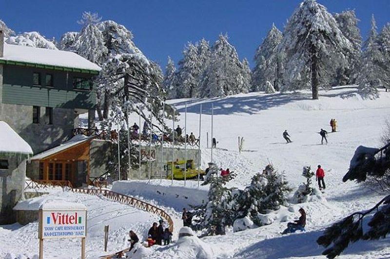 Несмотря на очень теплую погоду даже зимой, в горах лежит снег, работают...